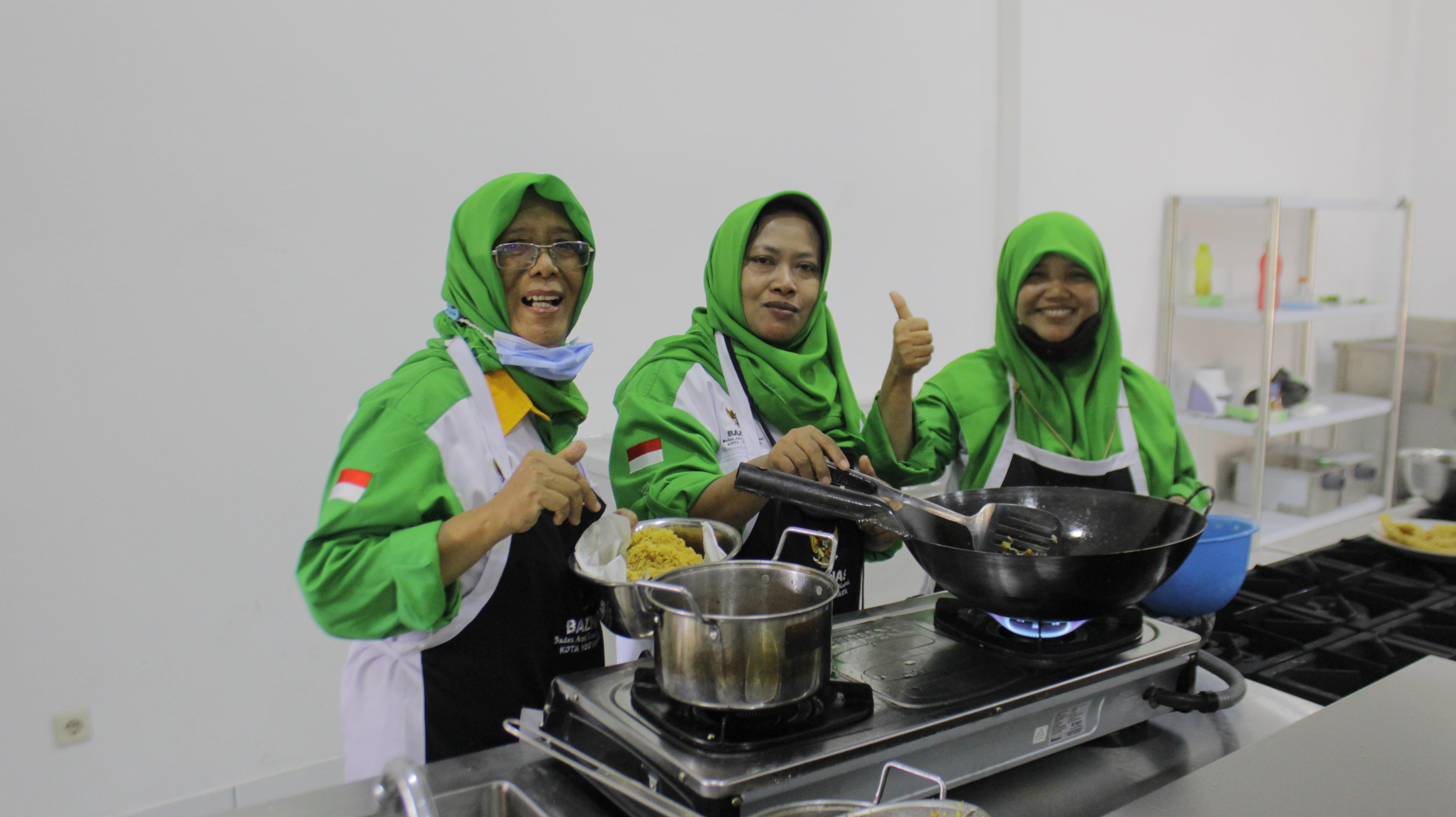 Tim Az-Zakiyah Catering sangat antusias dalam mengikuti kegiatan Pelatihan Memasak bersama Chef Anton (Konsultan Bisnis Jasa Makanan)